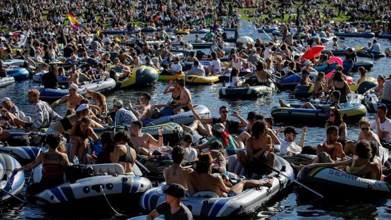 BERLIN: Fiesta en barco en apoyo a clubes nocturnos en la mira tras numerosa asistencia